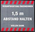 -Abstand halten- Hinweis-Bodenmatte, Quadratisch, Grau mit weißer Schrift, BxH 90x90cm | günstig bestellen bei assistYourwork
